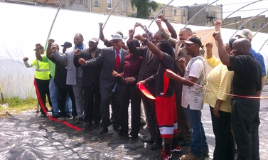 Image of Mayor with Citizens Cutting Ribbon at Big City Farms