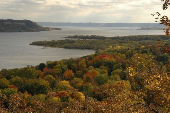 fall colors along lake pepin at frontenac