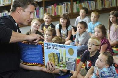 9/11 Volunteer Reads to Children