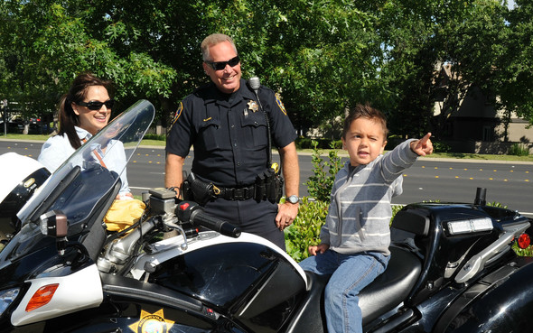 Motor officer and little boy pointing