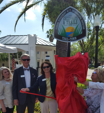 Dunedin officials unveil trail town sign