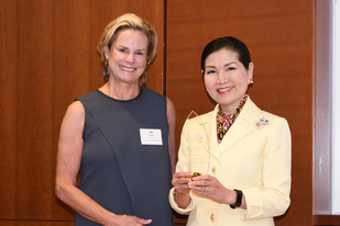 Image First Lady Yumi Hogan receives Jay Tucker award