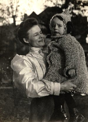 Karen Hartwick holds her son Robert in 1907.