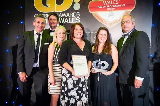 Staff y GCC a Llywodraeth Cymru yn derbyn gwobr
