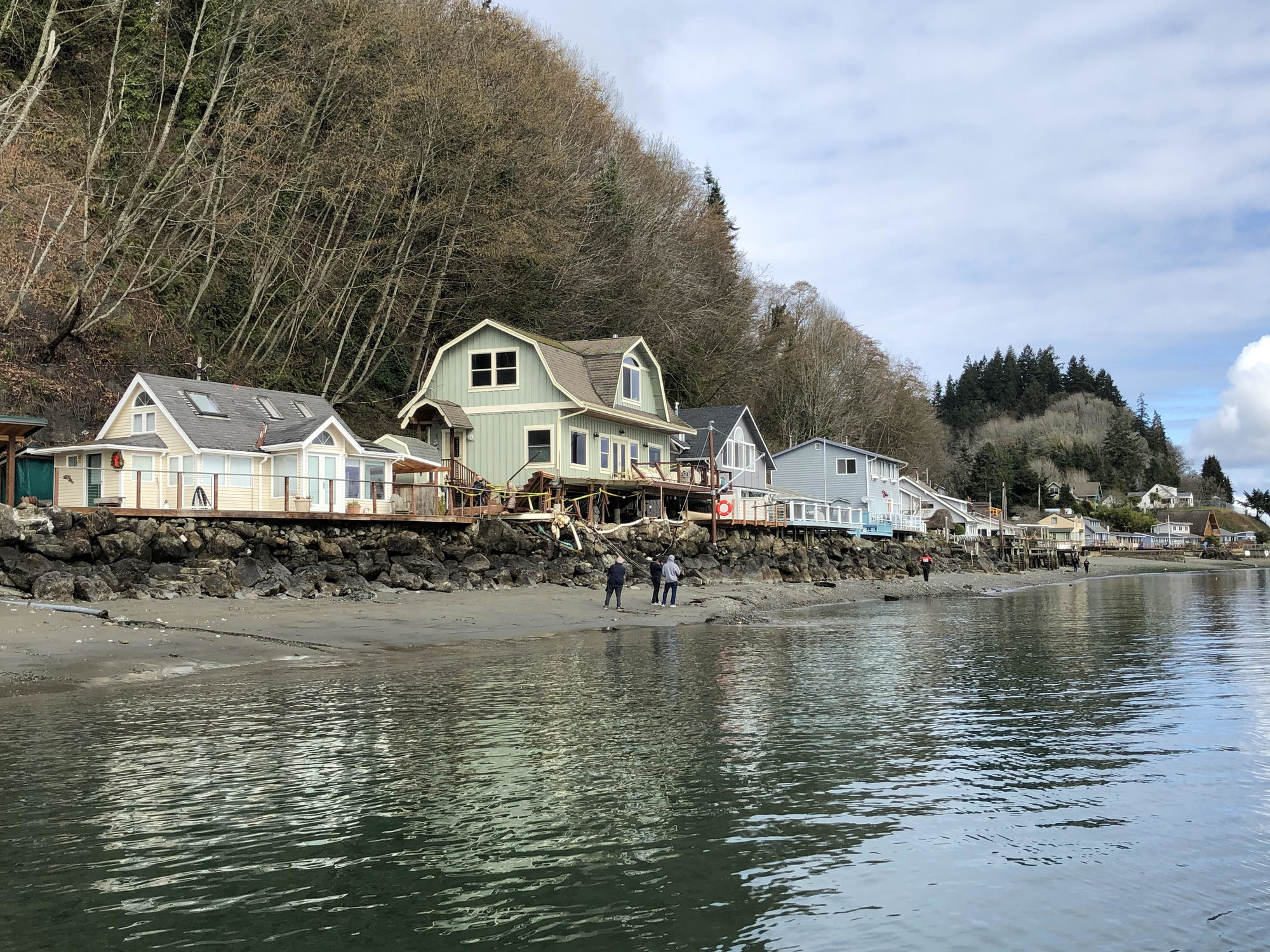 Private docks, residences struck by barge in Gig Harbor, Washington