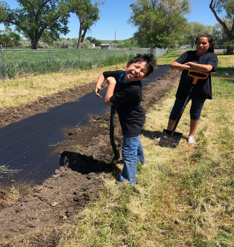 Students from Hardin School District (Crow Tribe) in Montana prepare the garden.