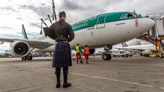 Bagpipes welcome Aer Lingus' inaugural flight between Dublin and Seattle