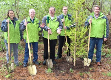 Image of councilmembers and executive with shovels
